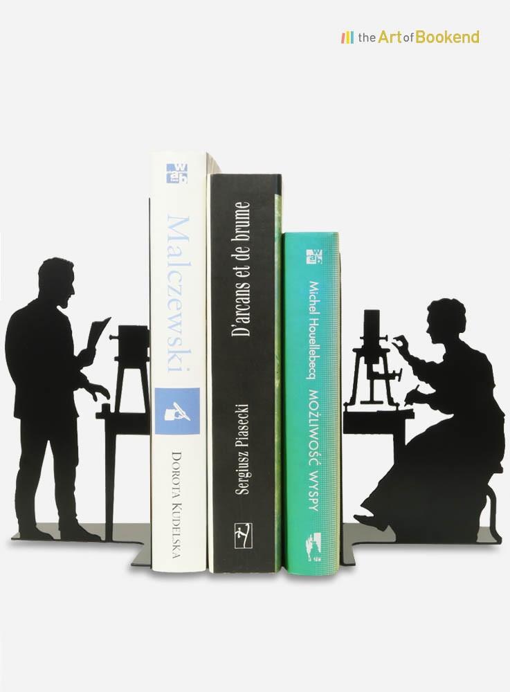 Serre-livres Pierre et Marie Curie au travail dans leur laboratoire. Hauteur 19 cm